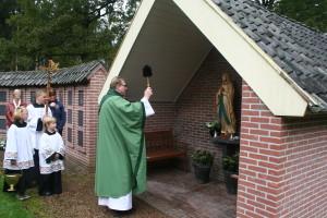 Wijding Mariabeeld door pastoor Hogenelst 26-10-2014