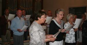 Met op de voorgrond Greet van Tongeren op het koor.