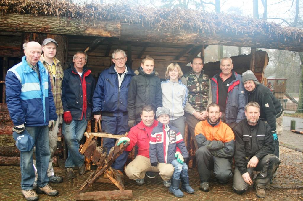 Het team dat de kerststal bouwt, met derde van links Jos Hafkamp.