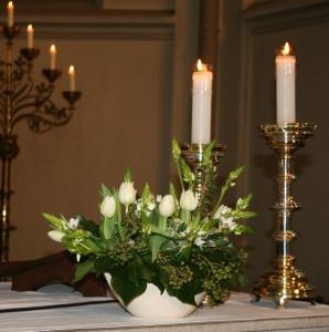 bloemstuk op altaar