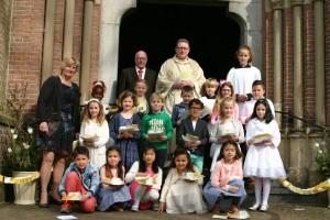 Communiecantjes en pastoor Hogenelst 2015