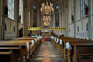 Feestelijk versierde kerk