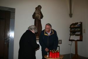 Voor de viering worden grafkaarsen verkocht onder toeziend oog van de H. Antonius.