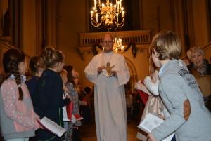 Binnendragen van Kindje Jesus langs erehaag van kinderen