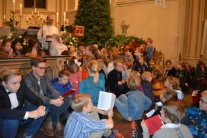 Kinderen luisteren aandachtig naar het kerstverhaal