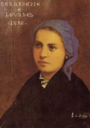 """Heilige Bernadette, aan wie een Vrouwe verscheen in een grot van de berg Massabielle bij Lourdes (Zuid-Frankrijk). Tussen 11 februari en 16 juli liet de verschijning zich achttien keer zien. Zij vroeg om te bidden voor de bekering van de zondaars; zij drukte Bernadette op het hart dat men berouw moest hebben en boete doen; en zij wilde graag een kapelletje op de plaats van haar verschijning. """"Ik beloof je gelukkig te maken, voegde zij eraan toe, niet in deze wereld, maar in de toekomende wereld."""" Op 25 maart durfde Bernadette de Vrouwe te vragen, hoe zij eigenlijk heette. Daarop antwoordde de verschijning: """"Ik ben 'de Onbevlekte Ontvangenis'. † 16 april 1879 16 april is haar Naamdag. Ze is patrones van de herders. +++ Schilderij door Du Roure. Frankrijk, Lourdes, Musée Notre Dame de Lourdes."""