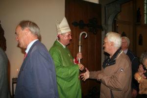 Mgr Hoogenboom groet parochianen na afloop van de viering