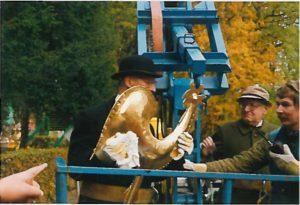 Burgemeester Notten met haan voor de kerktoren en Mr. Henri van den Biesen. Gezamenlijk hebben zij de haan op de toren geplaatst op 28 oktober 1992 .