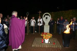 Pastor Wassink zegent het Monument voor het Ongedoopte Kind
